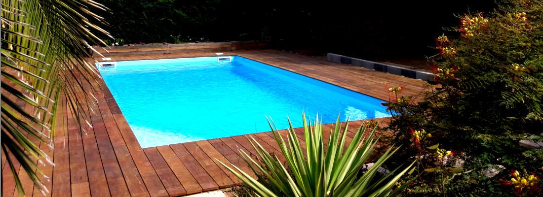 piscine entourée par une terrasse en bois exotique réalisée par occia conception bois à au grau d'agde