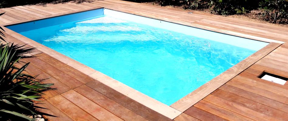 piscine entourée par une terrasse en bois exotique réalisée par occia conception bois à montagnac