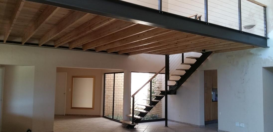 mezzanine sur mesure en bois et métal design posée par l'entreprise occia à pezenas près de béziers