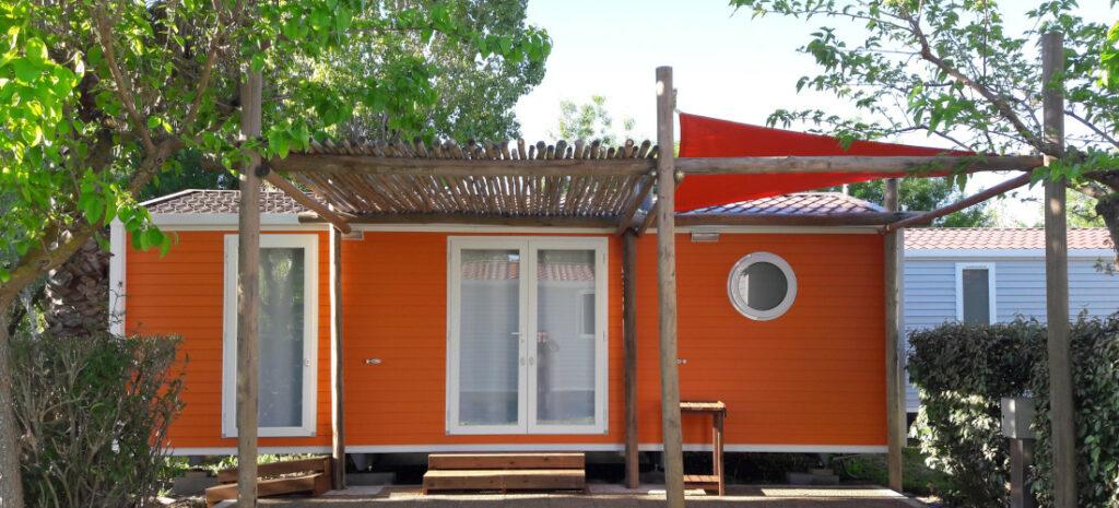 pergola en bois et toile devant un bungalow dans un camping à vias conception et pose par l'entreprise occia conception bois