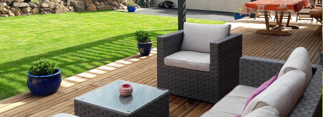 salon de jardin sur terrasse bois